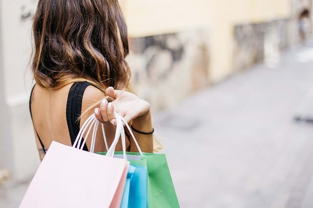 買い物する女性