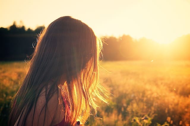 夕陽と女性