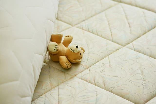横たわるクマのぬいぐるみ