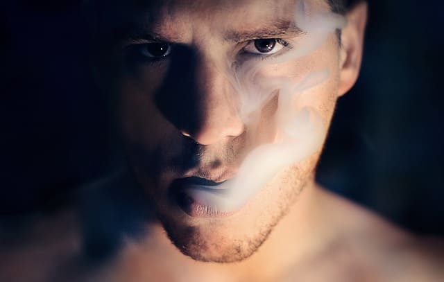 煙を吐くイケメン