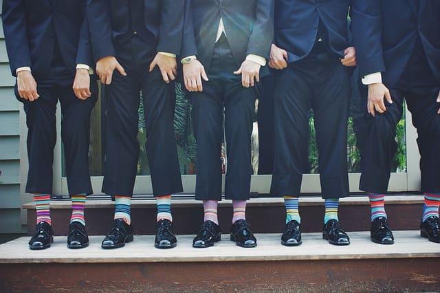 スーツを着た男性5人組