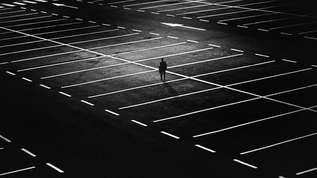 広い駐車場に1人ぼっちの人