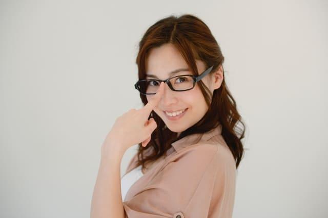 メガネをかけた知的そうな女性