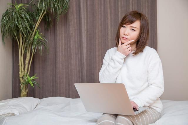 寝室で考える女性