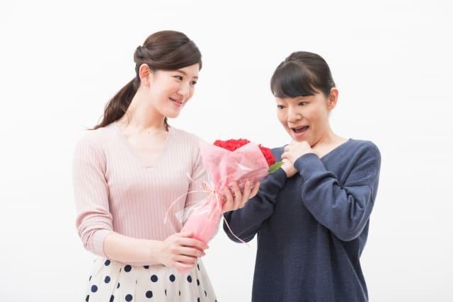 姑に花束を渡す嫁