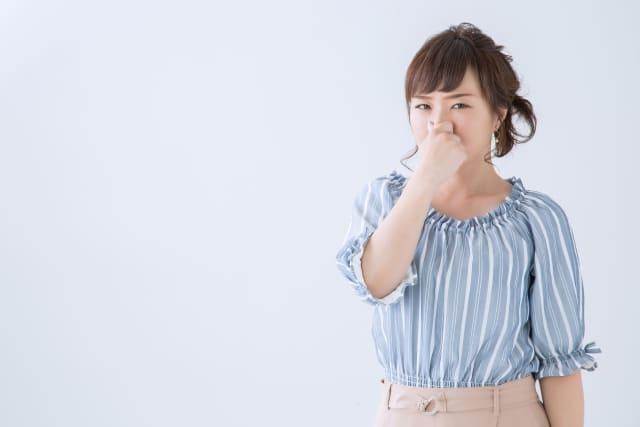 鼻をつまむ女子