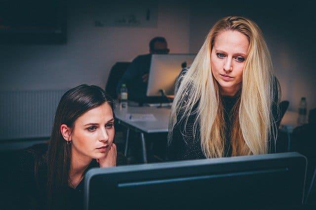 PCの画面を除く女性2人