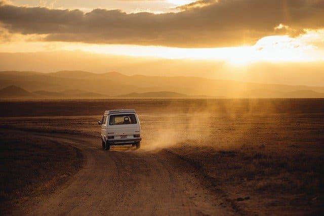 荒野を走るミニバン