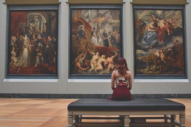 美術館と女性